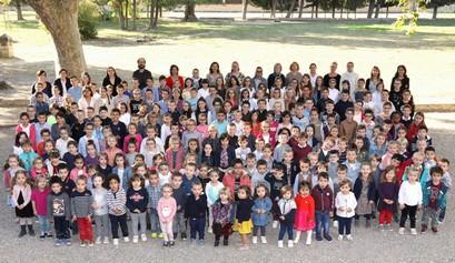 enfants et enseignants école petit castelet